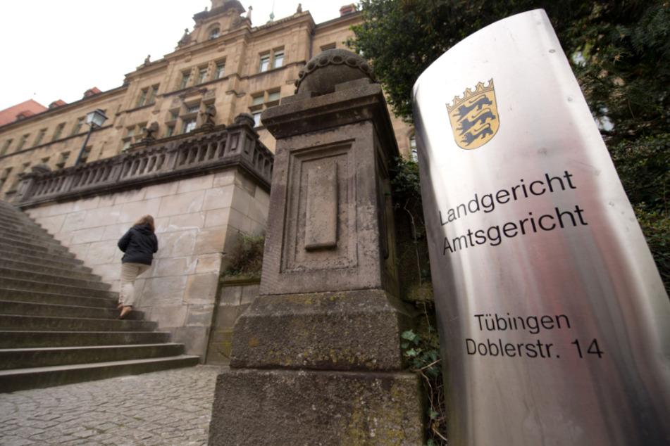 Der 37-Jährige muss sich wegen Mordes und versuchten Mordes vor dem Landgericht in Baden-Baden verantworten. (Archiv)