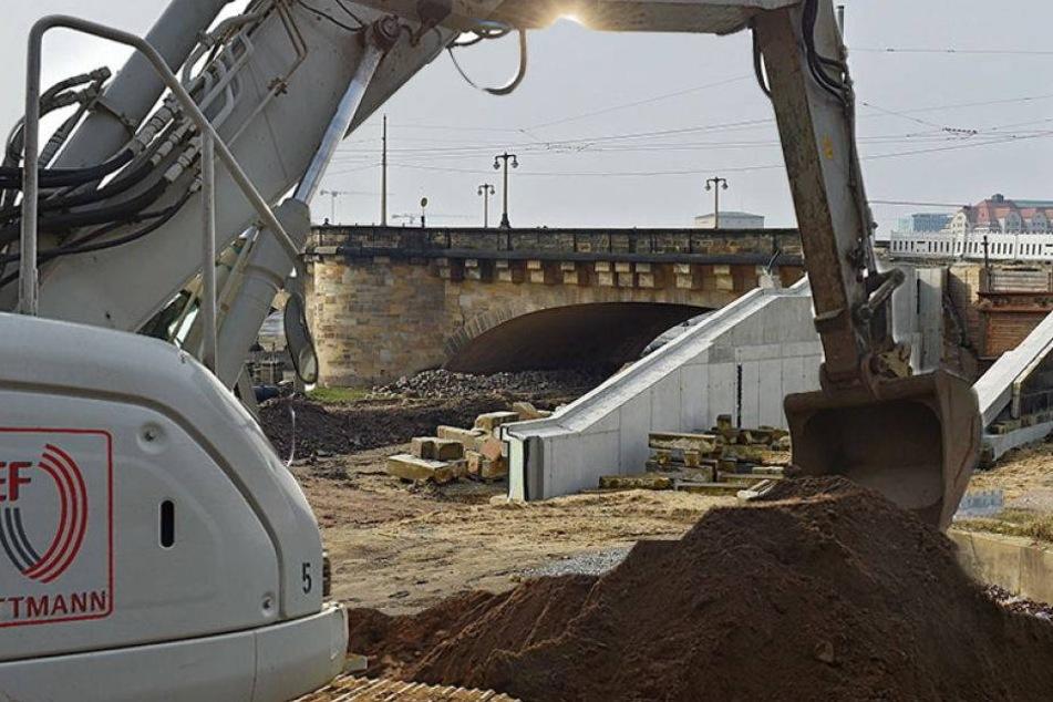 Bis Juli soll Treppe an der Augustusbrücke wieder stehen