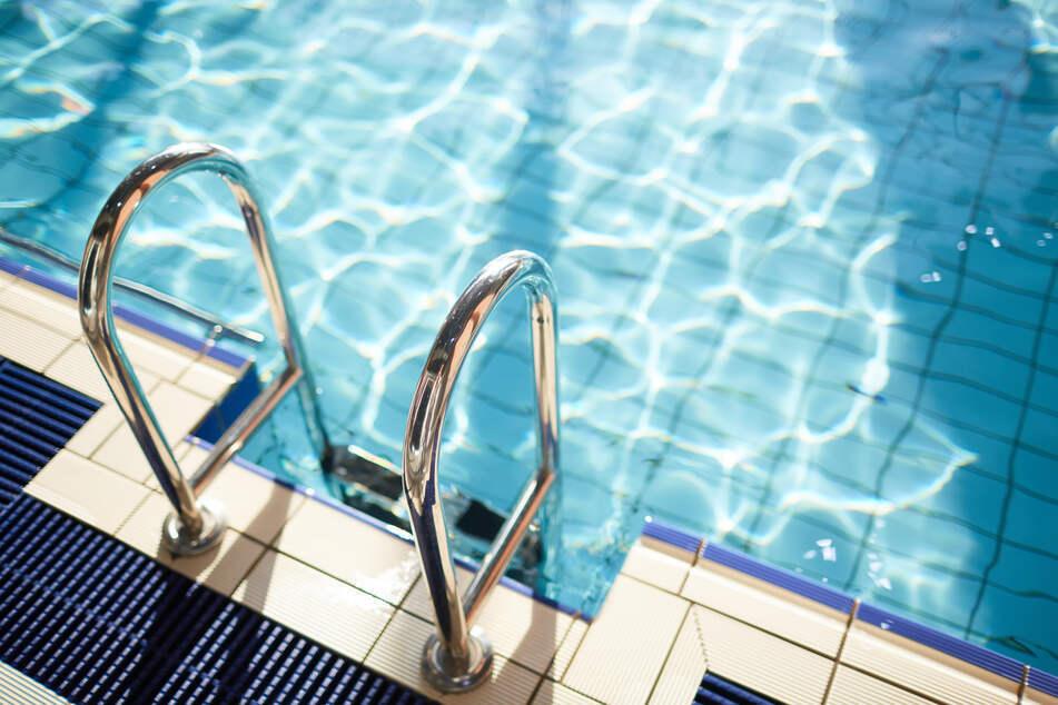 Eine Frau wurde beklaut, während sie sich in einer Schwimmhalle aufhielt. (Symbolbild)