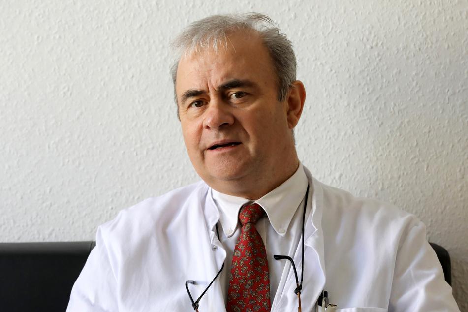 Emil Reisinger, Leiter der Abteilung für Tropenmedizin und Infektiologie der Unimedizin Rostock, in seinem Büro.