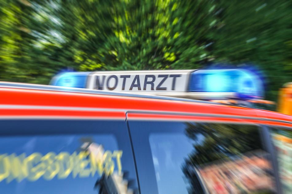 Der Verletzte Unfallverursacher wurde mit einem Krankenwagen in eine Klinik gebracht. (Symbolfoto)