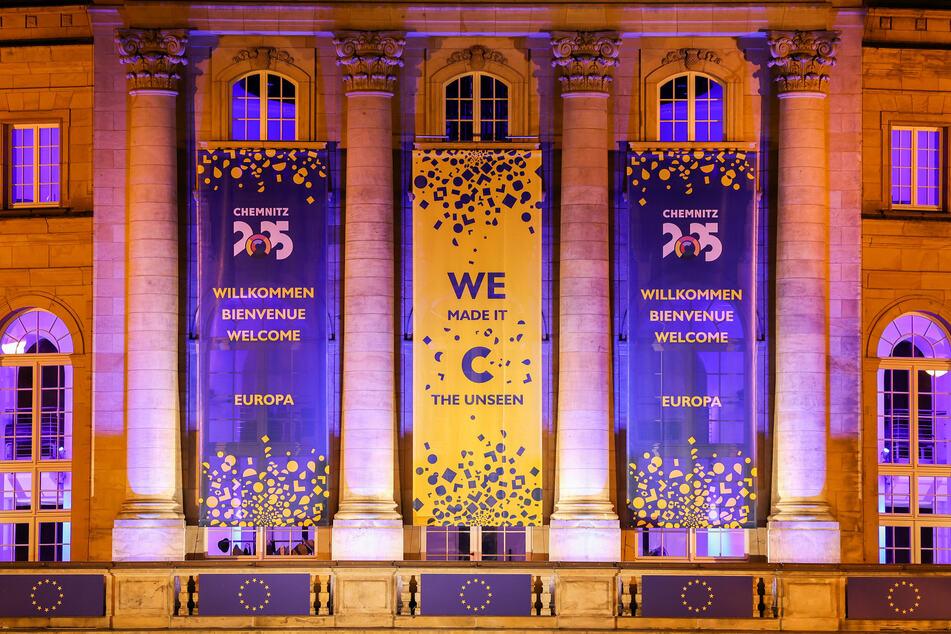 """""""We made it!"""" Das Opernhaus wurde nach der Ernennung von Chemnitz als Kulturhauptstadt 2025 mit Transparenten geschmückt. Zwei Millionen Touristen erwartet die Stadt im Jahr 2025."""