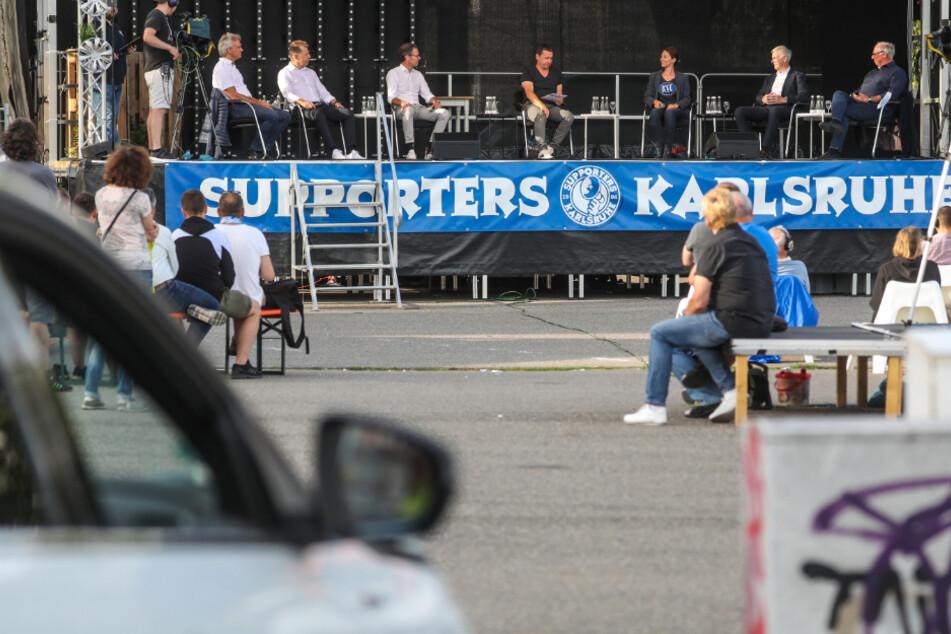 Vereinsmitglieder des Karlsruher SC sahen sich am Sonntagabend im Autokino Karlsruhe eine Veranstaltung des Vereins an, bei der die Kandidaten für das Präsidentenamt vorgestellt wurden.