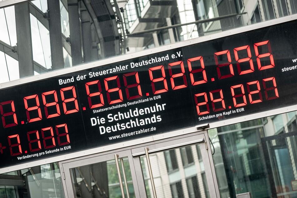 Das Foto zeigt die Schuldenuhr des Bundes der Steuerzahler.