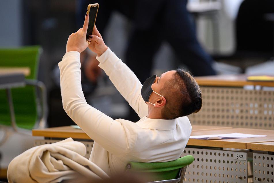 Luise Neuhaus-Wartenberg macht vor Beginn der Sitzung des Sächsischen Landtages mit der aktuellen Debatte zur Corona-Pandemie ein Selfie.