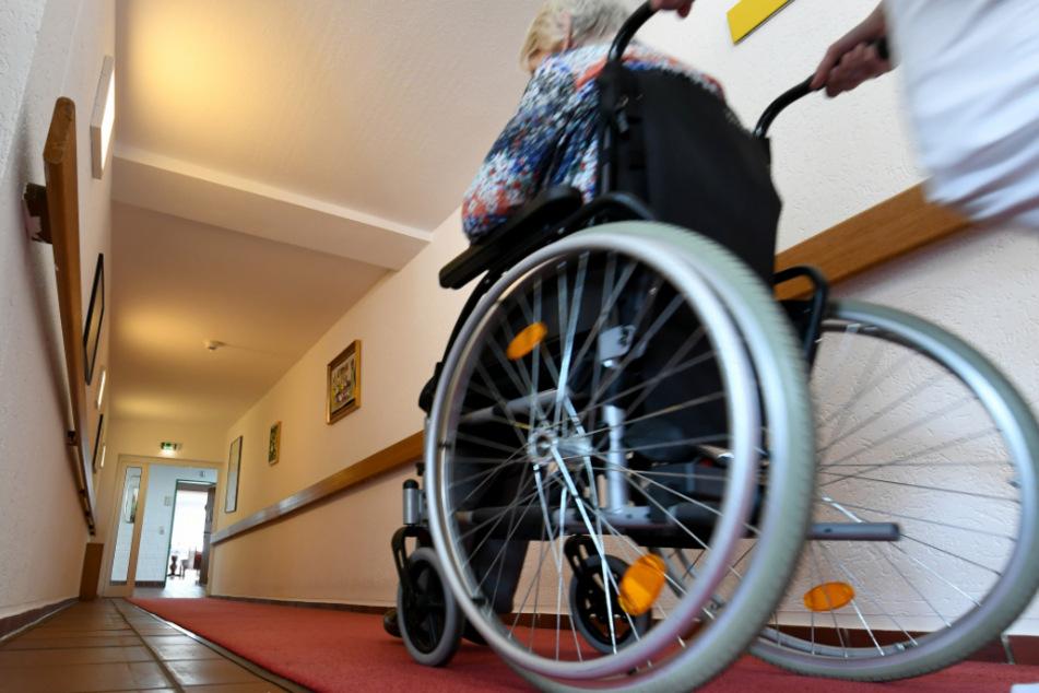 Der 61-Jährige arbeitete weiterhin im Pflegeheim. (Symbolfoto)