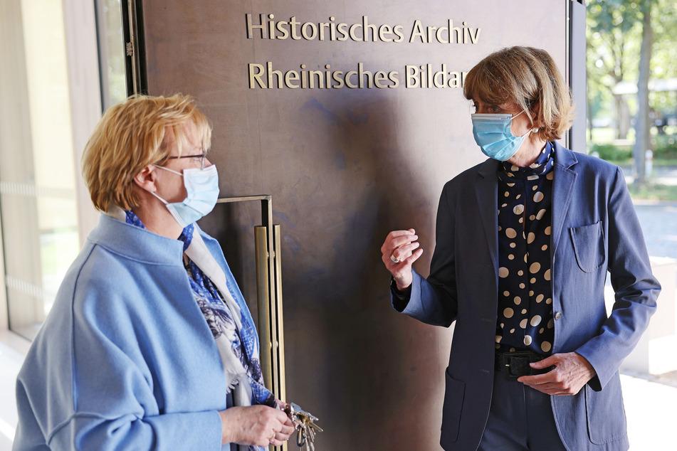 Die Leiterin des Historischen Archivs (l.) begrüßte zur Eröffnung des Neubaus Oberbürgermeisterin Henriette Reker (64, parteilos).