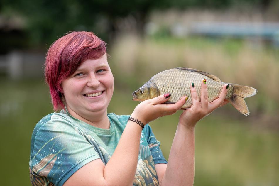 Der schuppige Geselle wurde nach ihr benannt: Emma Kittner {18) mit einem Exemplar der neuen Fischsorte.
