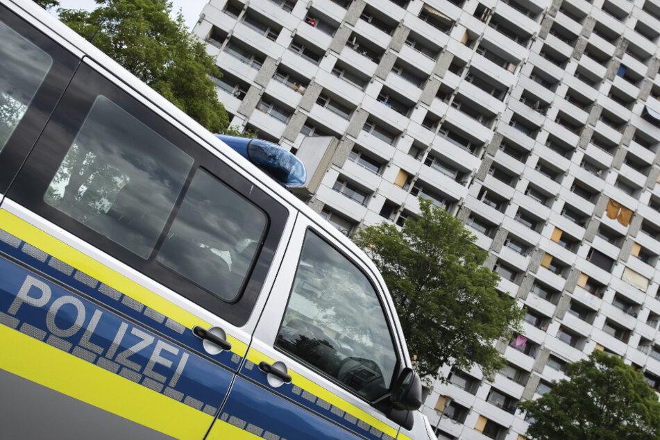 Ein Einsatzfahrzeug der Polizei steht vor dem Iduna-Zentrum. Bei mehreren größeren privaten Feiern haben sich in Göttingen etliche Menschen mit dem Coronavirus infiziert.
