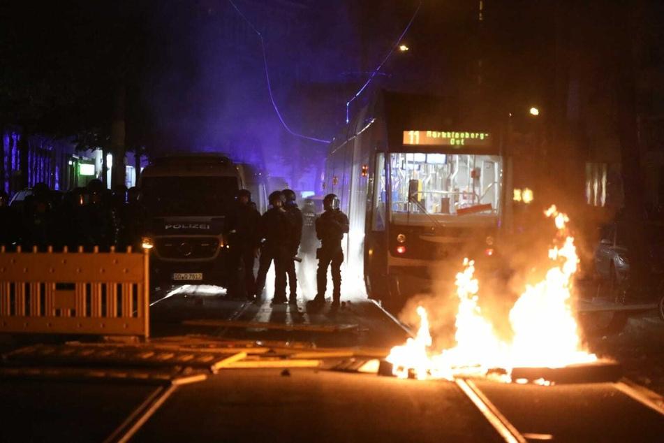 Die Demonstranten zündeten zudem immer wieder Barrikaden an, die sie auf den Straßen errichtet hatten. Feuerwehr und Anwohner löschten die Brände.