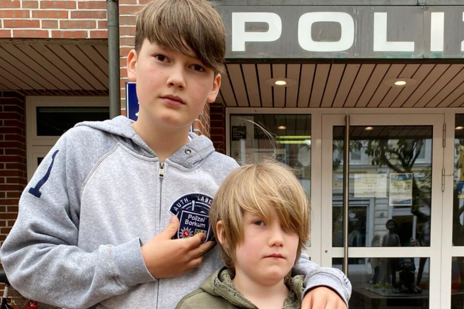 Der 12-jährige Willi (l.) und sein kleiner Bruder Moritz aus Hessen stehen vor der Polizeistation auf Borkum.