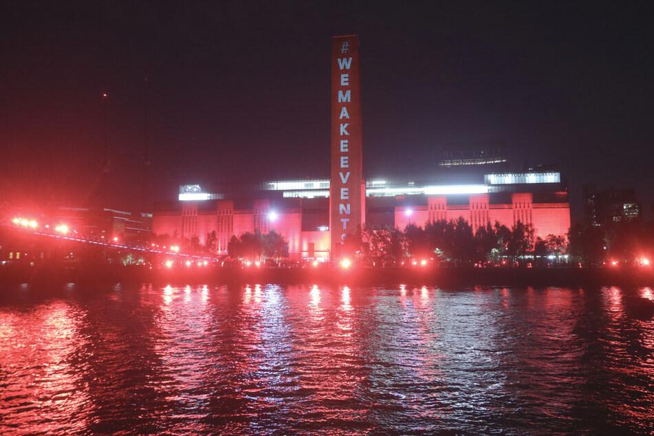Die Tate Modern und die Millennium Bridge leuchteten rot auf, um auf über eine Million Arbeitsplätze in der Unterhaltungsindustrie aufmerksam zu machen, die nach dem Ausbruch des Coronavirus ohne finanzielle Unterstützung sind.