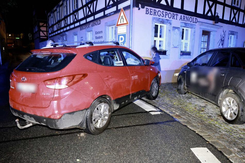 Der Hyundai krachte gegen die Hauswand des Bergsportladens.