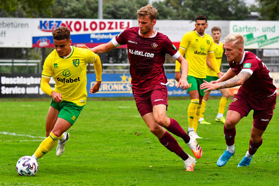 Norwich Citys Max Aarons (21, l.), hier im Testspiel Ende August 2020 gegen Dynamo Dresden, soll sogar beim FC Bayern München auf dem Zettel stehen.