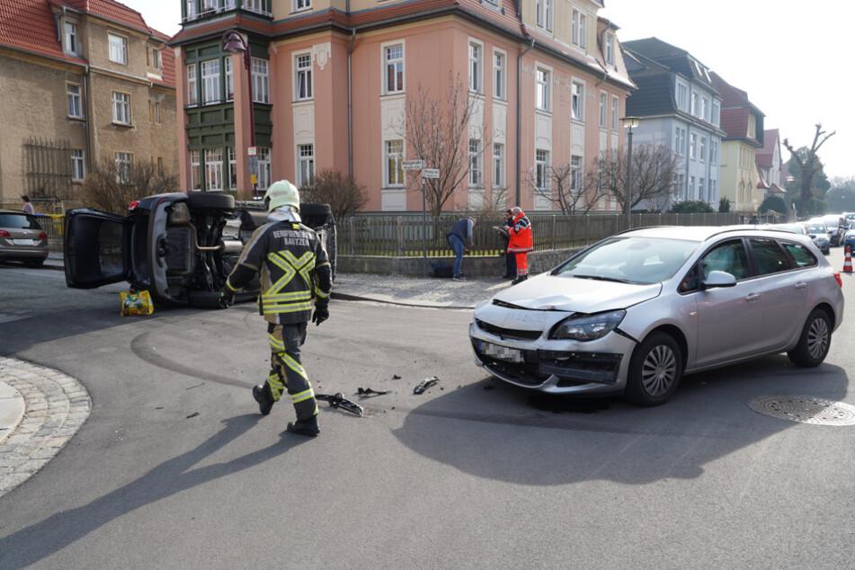 Der Opel wurde frontal beschädigt und blieb mitten auf der Kreuzung stehen.
