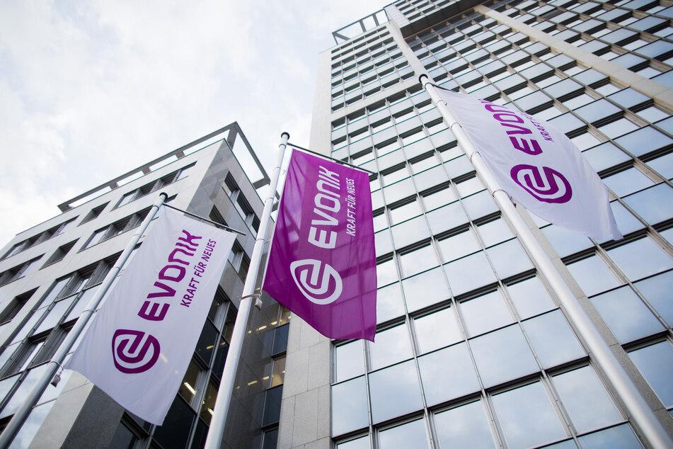 Flaggen wehen vor der Zentrale des Spezialchemiekonzerns Evonik.