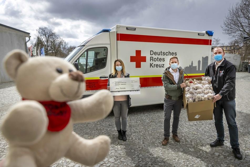 Stefanie Weihmann (37) und Maik Hartleb (34) übergaben 100 Teddys an DRK-Rettungsdienstleiter René Zahn (43,r.).