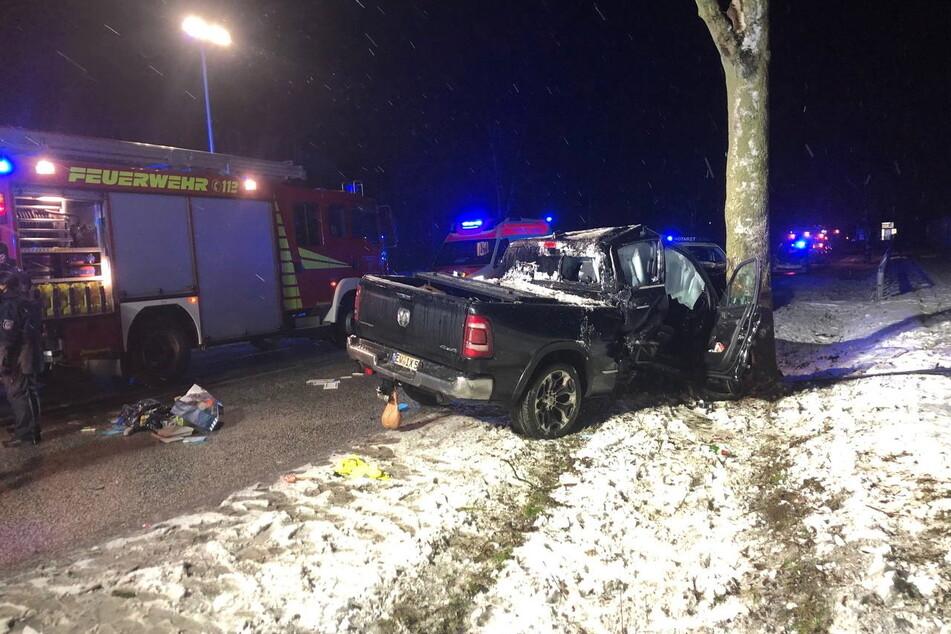 Ein Dodge-Pickup ist in der vergangenen Nacht von der B158 abgekommen und gegen einen Baum gekracht.