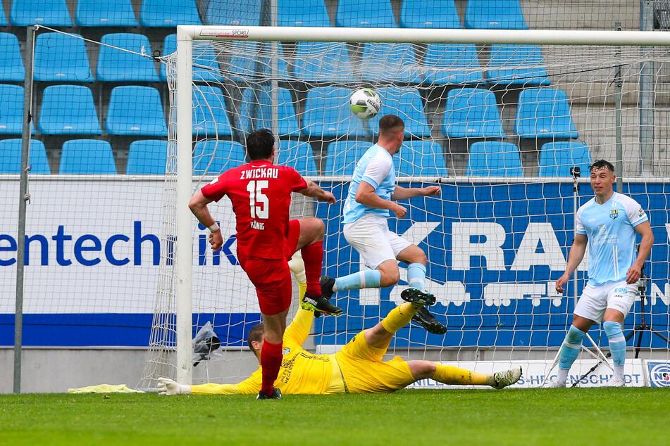 Tor für den FSV Zwickau: Stürmer Ronny König trifft gegen CFC-Keeper Jakub Jakubov zum 1:0.