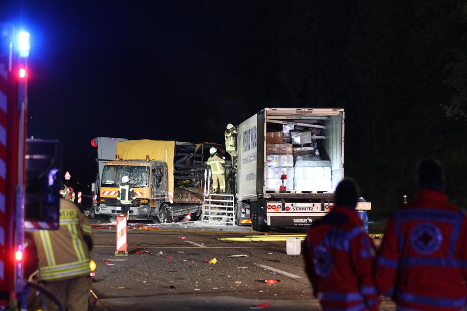 Ein Baustellenfahrzeug wurde ebenfalls beschädigt. Der Fahrer des Lasters wurde schwer verletzt.