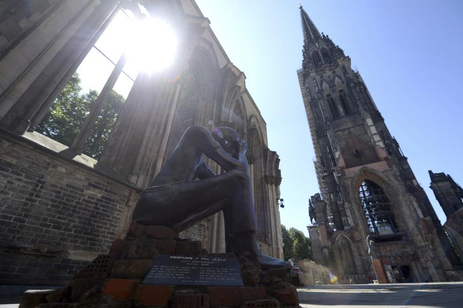 Die Ruine der ehemaligen Hauptkirche St. Nikolai erinnert als Mahnmal an die Zerstörung Hamburgs im Zweiten Weltkrieg. (Archivbild)