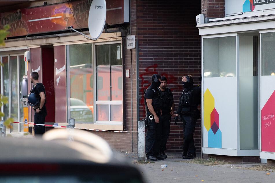 Ein 24-Jähriger wurde bei einem Angriff in Berlin-Schöneberg schwer verletzt.