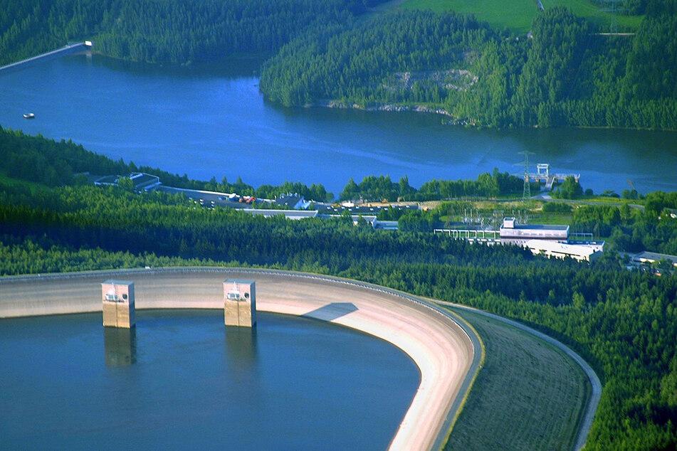 Auf dem Damm des Pumpspeicherwerks Markersbach entsteht eine Photovoltaik-Anlage aus 11.000 Solar-Modulen.