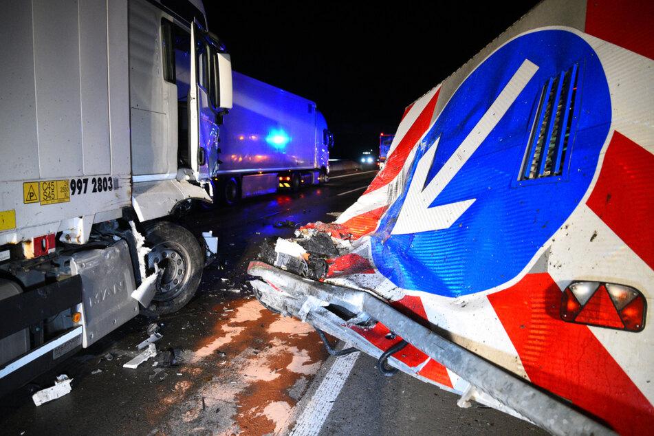 Die völlig demolierte Sperrwand, daneben der Unfall-Laster.