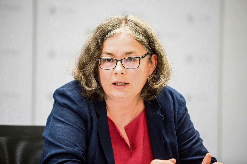 Dresdens zuständige Bürgermeisterin Eva Jähnigen (55, Grüne) erklärt die Lage im Krematorium Tolkewitz.