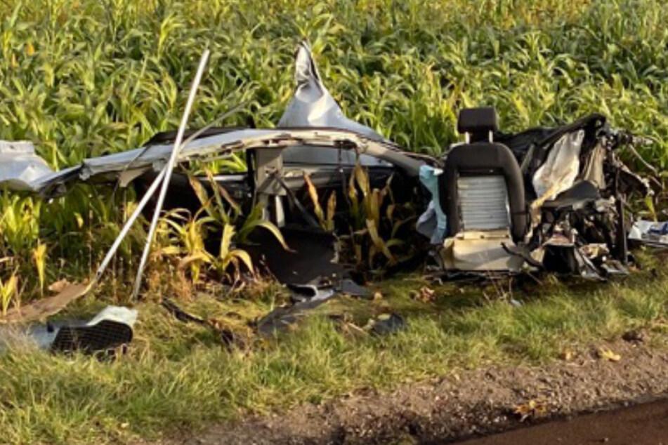 Überall liegen Trümmer: Auto zerreißt es bei Unfall völlig