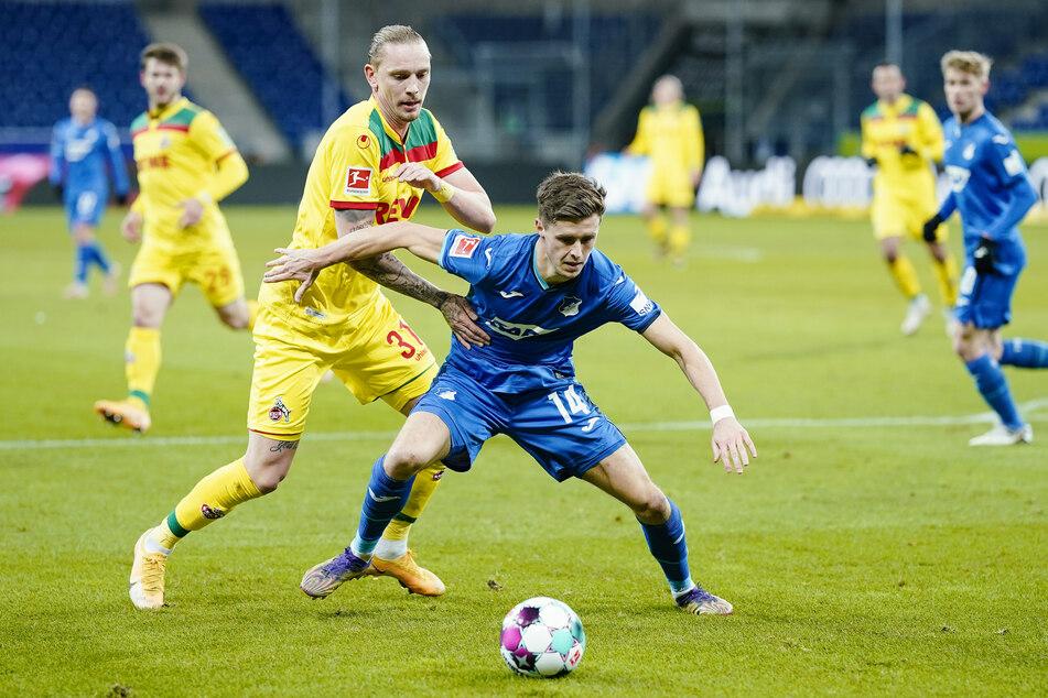 Hoffenheims Christoph Baumgartner (vorne) und Kölns Marius Wolf kämpfen um den Ball.