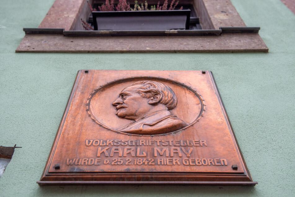 Eine Gedenktafel am Karl-May-Haus in Hohenstein-Ernstthal.