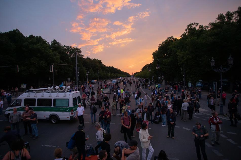 Zunächst berichtete die Berliner Polizei von knapp 120 Demonstranten, inzwischen sprechen sie von circa 1500 Demo-Teilnehmern.