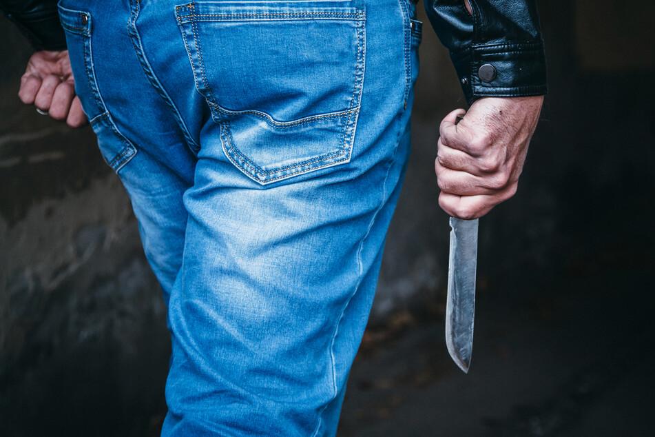 Überfall mit Messer: Tankstellen-Räuber sticht mehrfach auf Kunden ein
