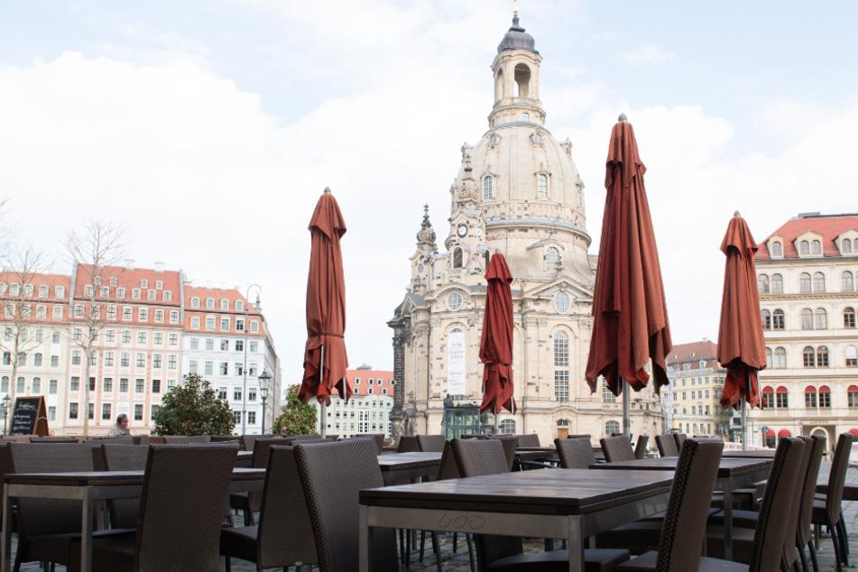Ein leeres Cafe auf dem Neumarkt vor der Frauenkirche.