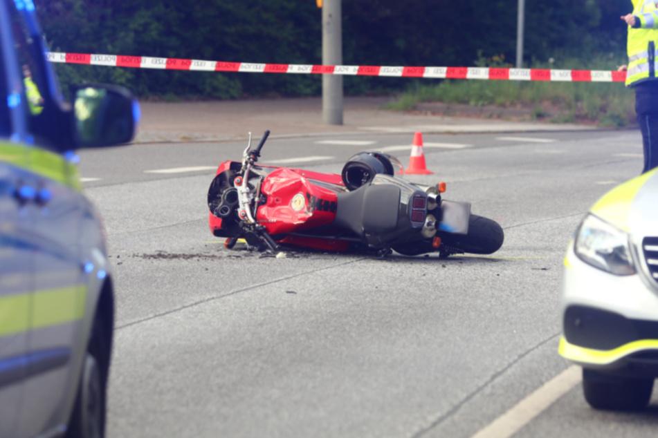 Vorfahrt genommen: Motorradfahrer lebensgefährlich verletzt