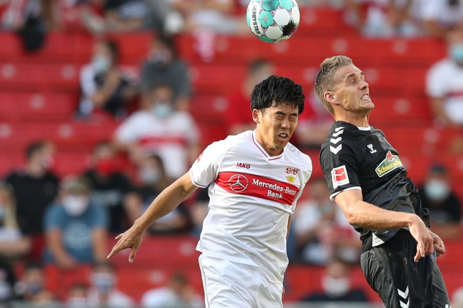 Wataru Endo (27, l.) hat derzeit mit Adduktoren-Problemen zu kämpfen. Im Bild ist der Japaner im Zweikampf mit Freiburgs Nils Petersen (31) zu sehen.
