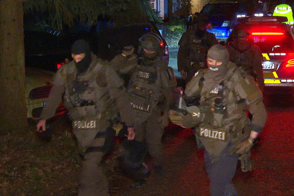 SEK-Einsatz! Mann bricht in Wohnung ein und bedroht Nachbarn mit Waffe