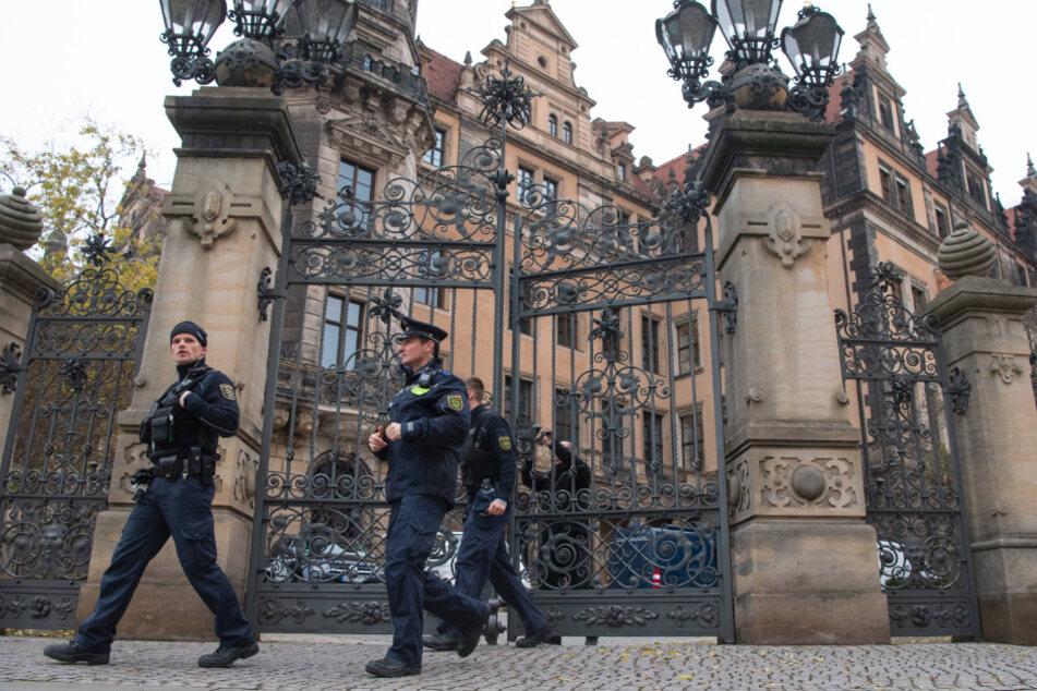 Polizisten verlassen das Dresdner Schloss. Beim spektakulären Einbruch in das Grüne Gewölbe waren am 25. November 2019 wertvolle Juwelen gestohlen worden.