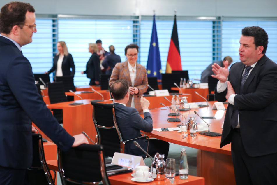 22. April: Bundesarbeitsminister Hubertus Heil (r, SPD) spricht vor Beginn der wöchentlichen Kabinettssitzung mit Gesundheitsminister Jens Spahn (CDU).