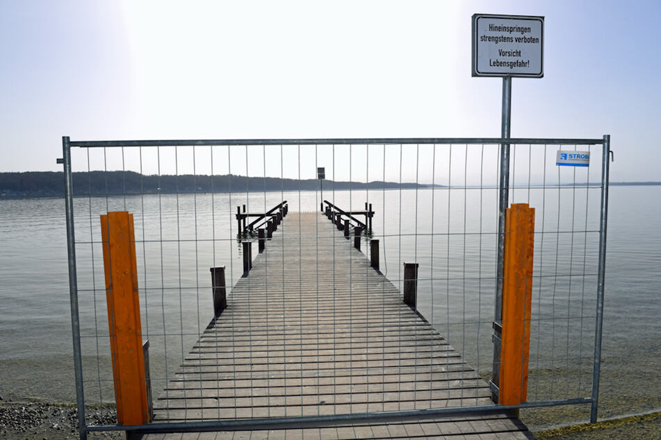 Weil die Abstandsregeln nicht eingehalten wurden, sperrte das Landratsamt die Stege am Starnberger See. Nun werden sie wieder geöffnet.