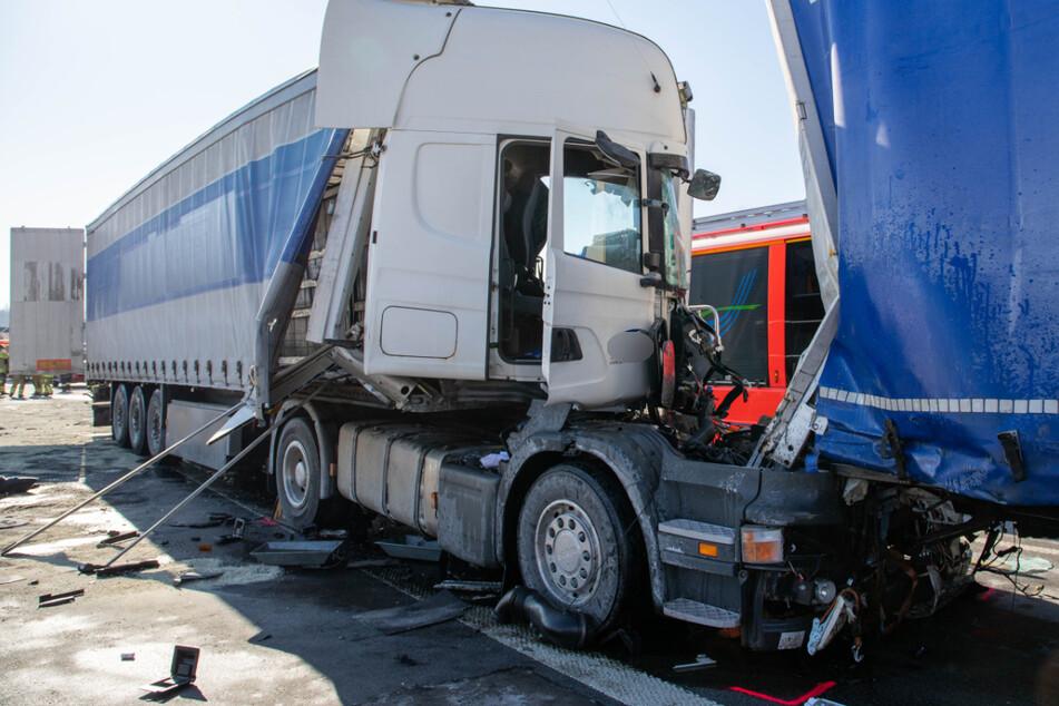 Tödlicher Unfall auf A9: Lkw-Fahrer kracht in Stauende und stirbt