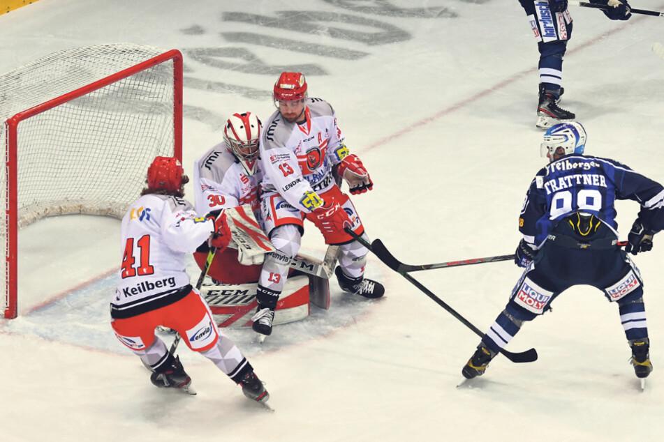 Eislöwen Louis Trattner (r.) spielte die Scheibe mit der Rückhand an drei ETCern vorbei ins Tor zum 1:0.