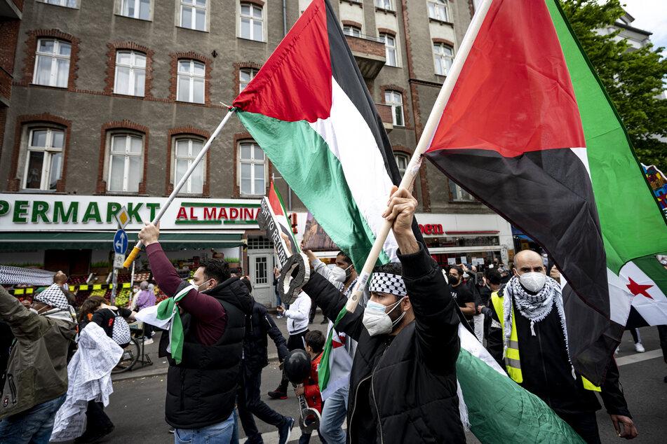 Wie hier in Berlin demonstrierten auch in Hamburg und Kiel mehrere Hundert Menschen für die Palästinenser.