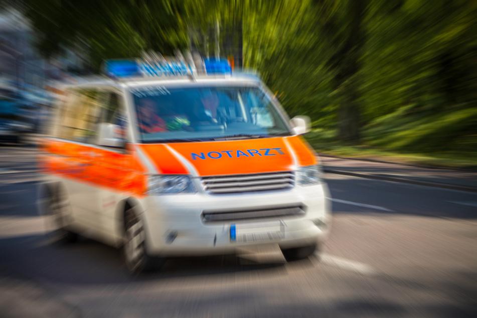 Ein 27-Jähriger warf am Montagabend einen Rucksack gegen einen Rettungswagen (Symbolbild).
