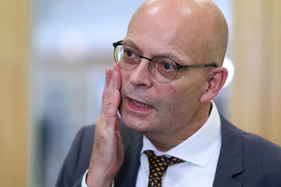 Im Rahmen eines Ermittlungsverfahrens gegen Halles OB Bernd Wiegand (63, parteilos) werden Diensträume der Stadt durchsucht.