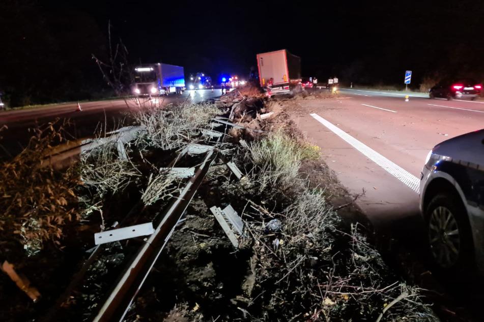 Der Lastwagenfahrer verlor wegen eines geplatzten Reifens die Kontrolle über sein Fahrzeug und durchbrach die Mittelleitplanke.