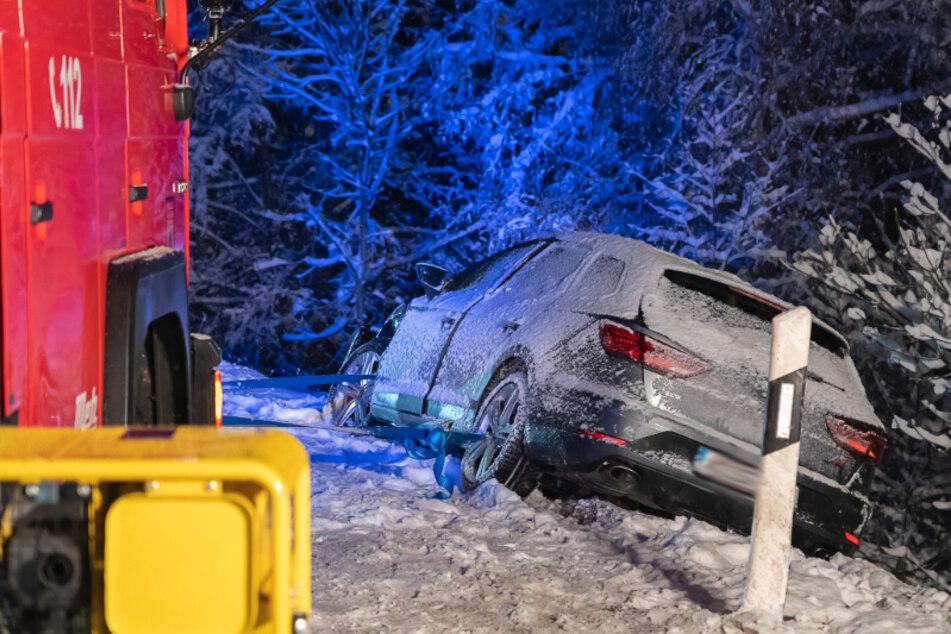 Rutschfahrt im Vogtland: Audi kracht auf schneebedeckter Straße mit Seat zusammen