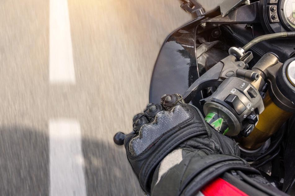 Ein junger Motorradfahrer ist im Landkreis Neuburg-Schrobenhausen vermutlich mit einem Bussard zusammengestoßen. (Symbolbild)