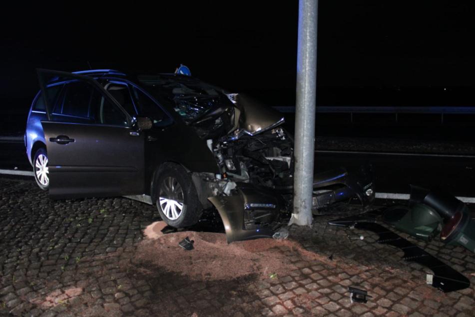 Der Fahrer wurde mit Verletzungen in ein Krankenhaus transportiert.